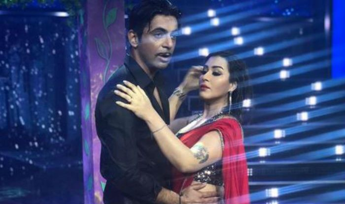 The gorgeous and ravishing television actress Shilpa Shinde, who is currently seen in a cricket-based comedy show 'Dhan Dhana Dhan', gave a smashing dance performance with her co-star Sunil Grover. The duo grooved to famous Saif Ali Khan-Rani Mukerji starrer romantic number 'Saanson Ko Saanson mein'.